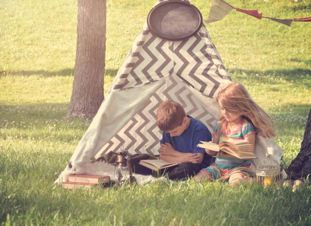 Dzieciaki też czytają na wakacjach.