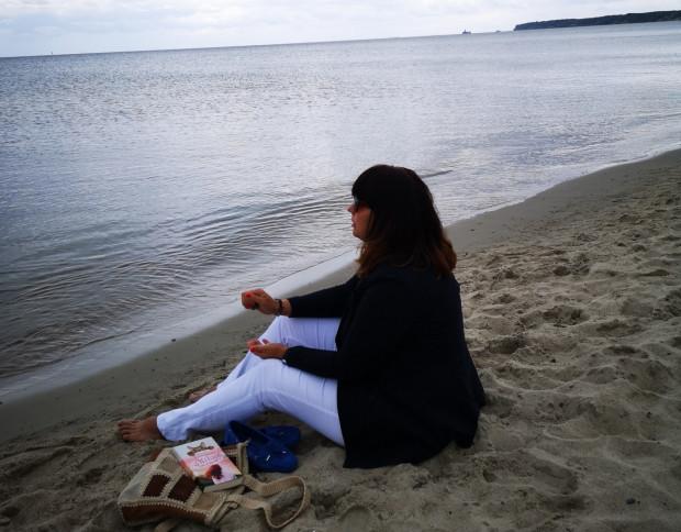 Anita Scharmach z lekturą na plaży: Wakacje przede wszystkim są po to, aby oddać się swoim przyjemnościom.