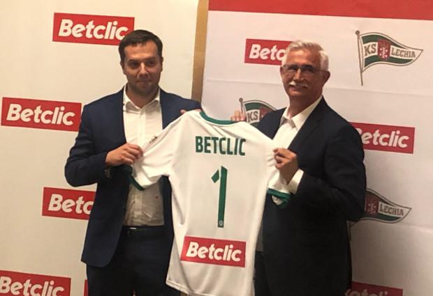 Janusz Biesiada, wiceprezes Lechii Gdańsk i Bartłomiej Płoskonka, manager Betclic (z lewej) prezentują koszulkę z logo nowego sponsora głównego.