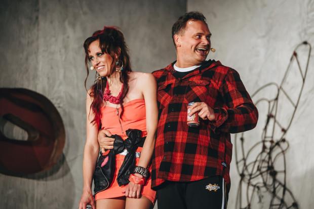 Alan (Piotr Łukawski) i Dawn (Dorota Androsz) to ich przeciwieństwo - niezbyt wyrafinowani, prostoduszni ludzie, mieszkający tu od urodzenia.