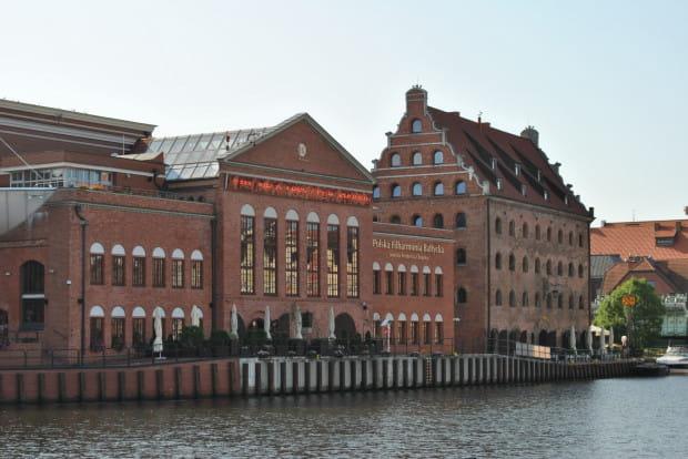 Polska Filharmonia Bałtycka na wyspie Ołowianka, widok od strony Targu Rybnego. Widoczny na fasadzie wyświetlacz ledowy - który zdaniem wielu szpecił zabytkowy gmach - został zdemontowany w październiku 2018 roku.