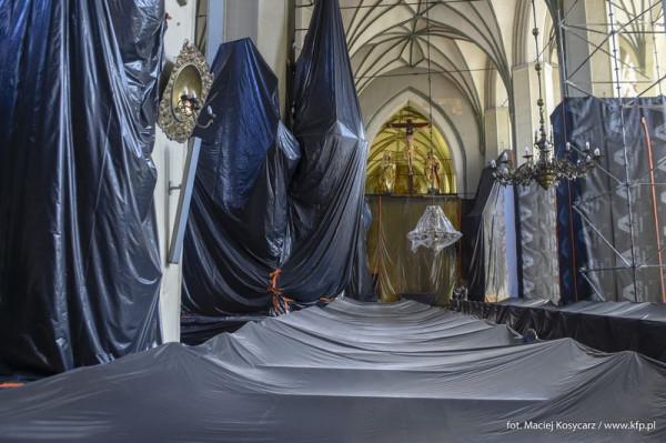 Zabezpieczone na czas badań i prac konserwatorskich wnętrze kościoła św. Mikołaja w Gdańsku.