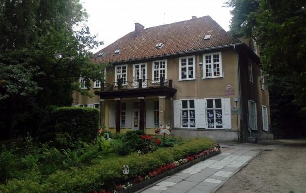 Dworek Królewskiej Doliny. Od 1947 r. mieści się w nim przedszkole nr 4.