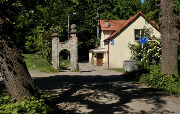 Ocalały fragment dawnej bramy wjazdowej do dworku Królewskiej Doliny