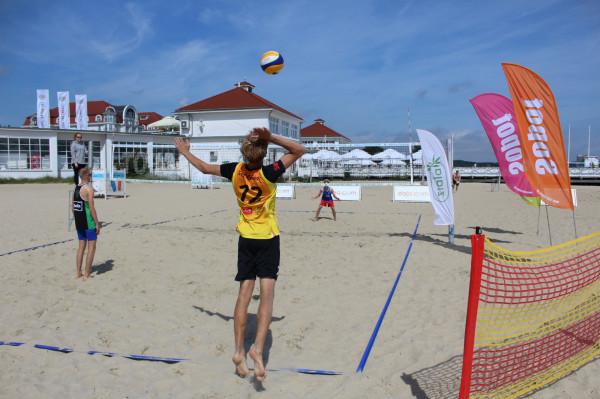 Plażowe rozgrywki siatkarskie w Sopocie to jedna z licznych trójmiejskich atrakcji sportowych na weekend.