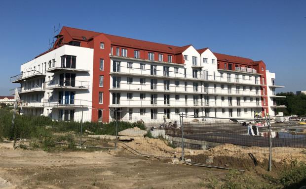 Członkowie SM Ujeścisko, którzy oczekują na wydanie mieszkań budowanych z dużym opóźnieniem (na zdjęciu budynek Przy Oczkach, którego budowa jest opóźniona o 22 miesiące) do dzisiaj nie uzyskali dostępu do dokumentów finansowych spółdzielni. Nawet pomimo tego, że nakaz w sprawie dokumentacji opóźnionej inwestycji Płocka Park orzekł sąd rejonowy i prawie w całości podtrzymał sąd okręgowy.