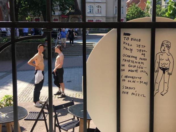 Ochrona przed golasami na tarasie klubokawiarni Dwie zmiany w Sopocie. Panowie na fotografii celowo rozebrali się pozując do zdjęcia.