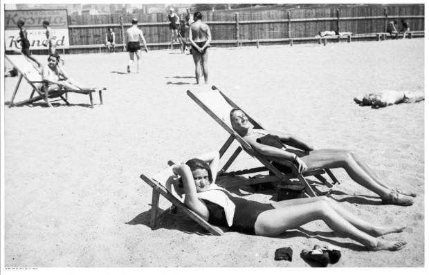 Plażowicze podczas wypoczynku na leżakach. Zdjęcie wykonane w 1931. r
