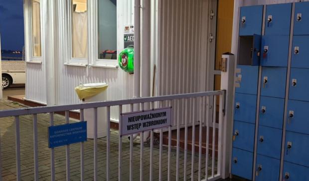 Dostęp do defibrylatora przy molo w Brzeźnie wymaga sforsowania barierki, której przekraczanie jest niedozwolone dla osób postronnych.
