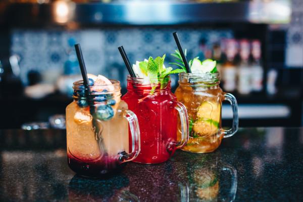 Dobrym wyborem na letnie upały będą mrożone herbaty i lemoniady. Te soczyste i kolorowe koktajle znajdziemy np. w Cider Garden Papieroovka oraz w lobby barze Hotelu Sadova.
