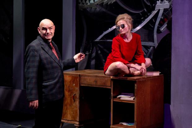 Najciekawszą rolę buduje Justyna Bartoszewicz jako Opiekunka. Na drugim biegunie znalazł się nieoczekiwanie tytułowy Pan Schuster w wykonaniu Roberta Ninkiewicza (oboje na zdjęciu).