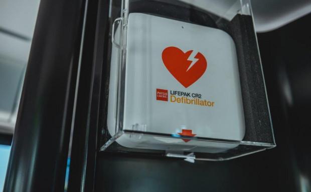 Defibrylatory w tramwajach i autobusach montowane są wewnątrz kabiny prowadzącego.