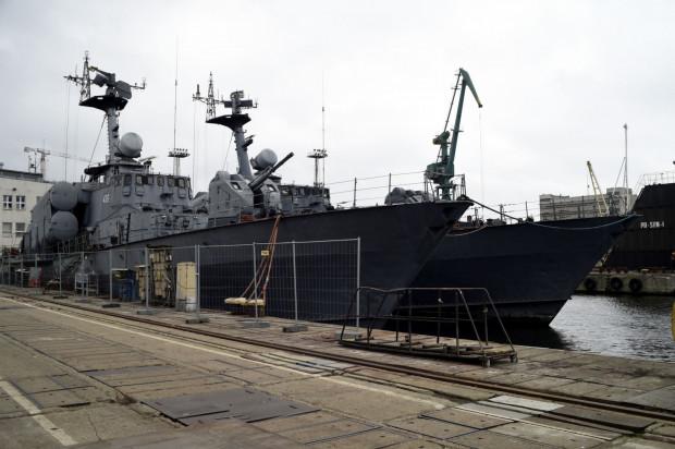 """Dawne kutry rakietowe Marynarki Wojennej """"Rolnik"""" i """"Metalowiec"""" zacumowane na terenie Stoczni Nauta w Gdyni."""