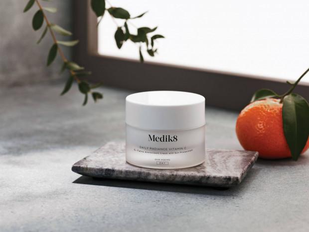 Codzienne stosowanie kosmetyków z zawartością witaminy C pomaga zachować promienną i zdrową skórę.
