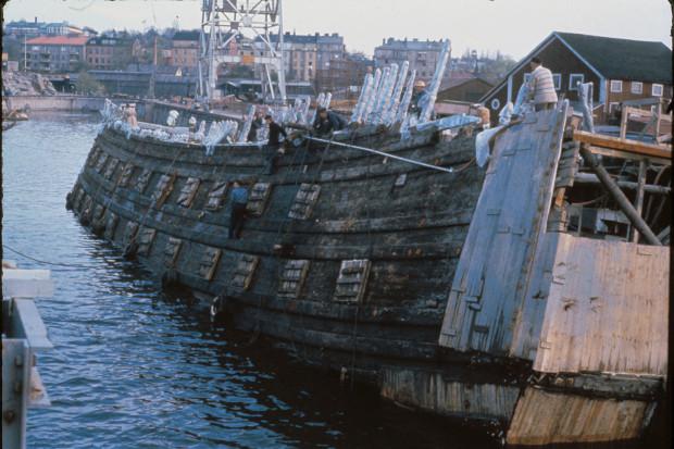 Okręt Vasa po wyłowieniu z dna morza i przetransportowaniu na sztokholmskie nabrzeże.