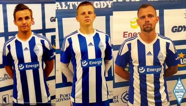 Mateusz Bany (z lewej), Radosław Regliński (w środku) i Michał Renusz (z prawej) zostali zaprezentowani jako nowi piłkarze Bałtyku Gdynia.