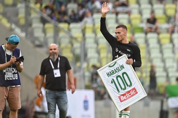 Lukas Haraslin po meczu z Wisłą Kraków uhonorowany został za występ numer 100 w barwach Lechii Gdańsk. W rzeczywistości było to jego oficjalne spotkanie nr 101 w pierwszej drużynie biało-zielonych.