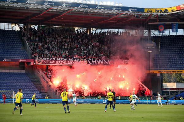 Oprawa kibiców Lechii Gdańsk podczas meczu z Broendby IF w Kopenhadze.