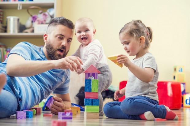 Urlopem rodzicielskim i wychowawczym rodzice mogą podzielić się wedle uznania.