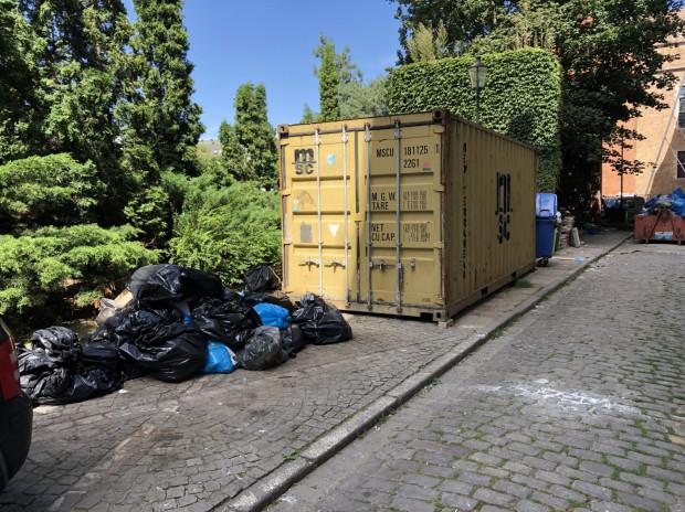 Zalegające na chodniku worki, które uprzykrzały życie mieszkańcom ul. Wełniarskiej.