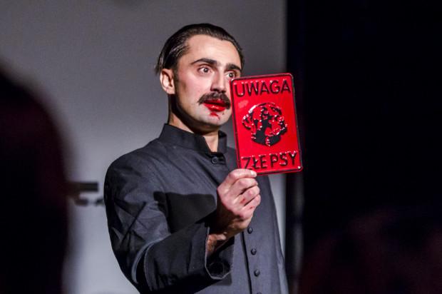 """Spektakl """"Raport Panika"""" w wykonaniu Arti Grabowskiego gościł już w Trójmieście na ubiegłorocznym Festiwalu Windowisko, na którym dostał jedną z głównych nagród. Teatr będzie można go zobaczyć w Orłowie 9 i 10 sierpnia."""