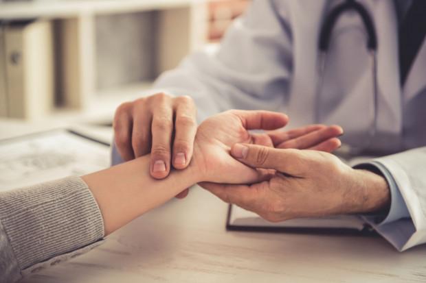 Zespół cieśni nadgarstka to coraz bardziej powszechny problem, dotykający wielu osób. Niestety może prowadzić od zaniku mięśni i wyraźnie zmniejszonej sprawności manualnej dłoni.