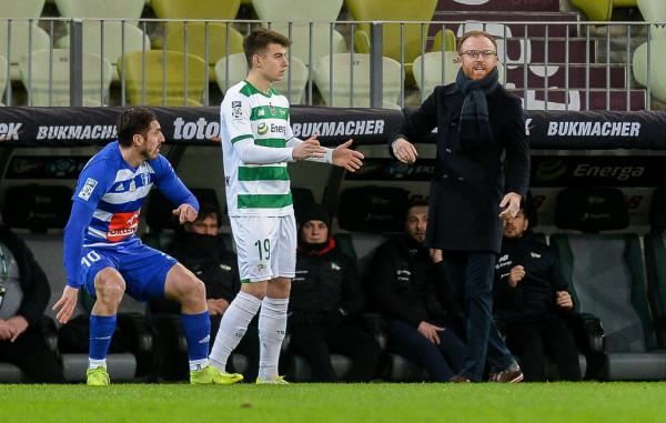 Piotr Stokowiec (z prawej) nie wyklucza, że kadra Lechii zostanie uszczuplona po odpadnięciu z eliminacji Ligi Europy. Ma jednak na myśli wypożyczenia piłkarzy, którzy grają mniej, a nie odejścia ważnych ogniw jak Karol Fila (w środku).