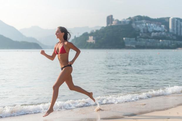 Bieg po plaży w kostiumie kąpielowym jest jak najbardziej na miejscu. A co będzie, gdy w takim stroju odbędziemy przebieżkę po ulicy?