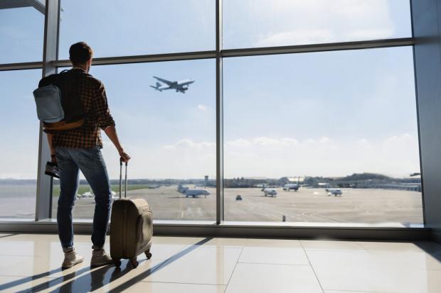 Jeśli planujesz zabrać bagaż ze sobą na pokład samolotu, upewnij się przed odlotem, że spełnia on określone przez przewoźnika wymogi. W przeciwnym razie bagaż trafi do luku, a ty możesz zostać obciążony dodatkowymi kosztami.