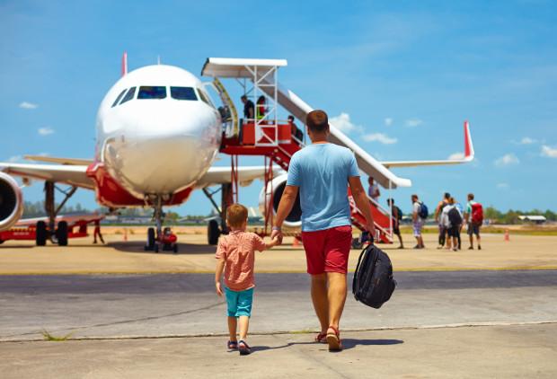 Choć walizki kabinowe są opcją wygodną, doświadczeni podróżnicy chętniej korzystają z miękkich toreb i plecaków: -  Wiem z doświadczenia, że walizkę na kółkach nie zawsze można wziąć na pokład. Czasem jest zbyt mało miejsca na pokładzie, a czasem półki w samolocie nie są dostosowane do większych bagaży podręcznych. Wtedy trzeba i tak oddać przy wejściu, przy czym uważać należy na delikatne sprzęty, jak np. aparat fotograficzny czy laptop - tłumaczy Mirosław Pachowicz, fagocista, podróżnik, fascynat lotnictwa i dziennikarz. - Przed wyjazdem zawsze trzeba także sprawdzić, jakie wymiary dopuszcza przewoźnik - w przypadku tzw. tanich linii jest to szczególnie ważne, bo jeśli przekroczymy którykolwiek, możemy zostać obciążeni bardzo wysokimi opłatami.