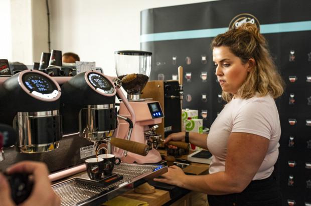 Jak przygotować perfekcyjną kawę? Takie zadanie postawiono przed baristami biorącymi udział w konkursie.