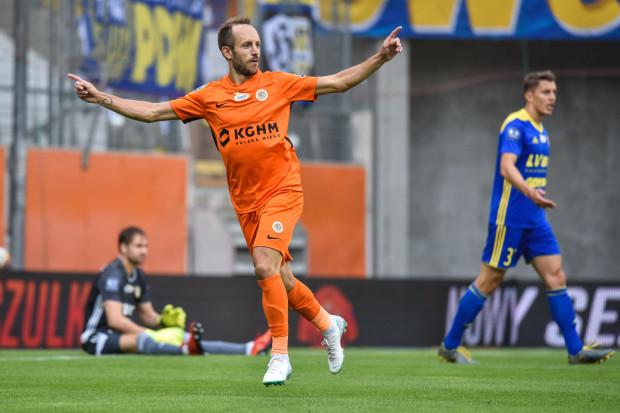 Sasa Żivec już w 3. minucie zepsuł jubileusz setnego meczu w barwach Arki Gdynia Pavelsowi Steinborsowi (w tle), a po straconym drugim golu z boiska został zdjęty Damian Zbozień (nr 3).