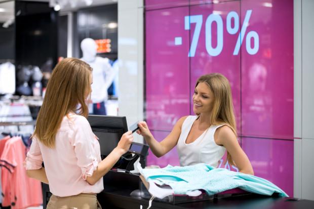 W niektórych punktach, zwłaszcza w dużych sieciach sklepów odzieżowych, możliwy jest zwrot produktu kupionego na wyprzedaży w ciągu 3 do 30 dni. Podstawą wymiany lub zwrotu jest oczywiście paragon.