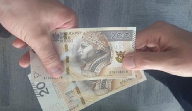 Oszust, wykorzystując nieuwagę ofiary, zatrzymał przy sobie część pieniędzy, a resztę oddał, jako całość otrzymanej wcześniej gotówki.