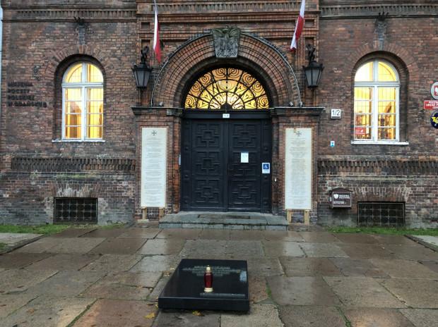 Budynek dawnej Poczty Polskiej w Gdańsku. Przed wejściem widnieją pamiątkowe tablice, poświęcone obrońcom placówki, którzy zginęli i zostali zamordowani w 1939 r.