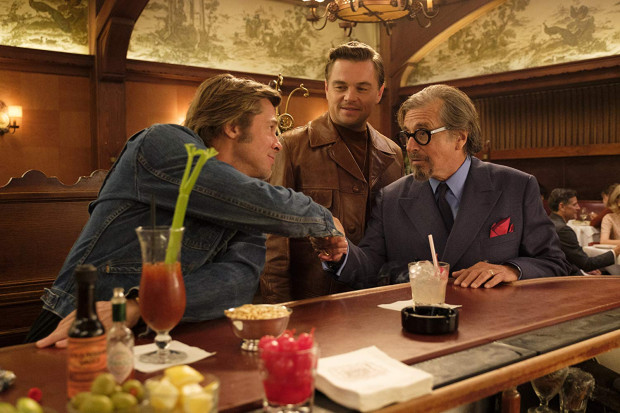 Rick Dalton (Leonardo DiCaprio) i jego kaskader Cliff Booth (Brad Pitt) starają się wrócić do filmowego biznesu, z którego wypchnął ich bezlitosny czas i zmieniające się gusta widowni. Jednym z tych, którzy próbują reaktywować Daltona na wielkim ekranie jest producent Marvin Schwarz (Al Pacino).