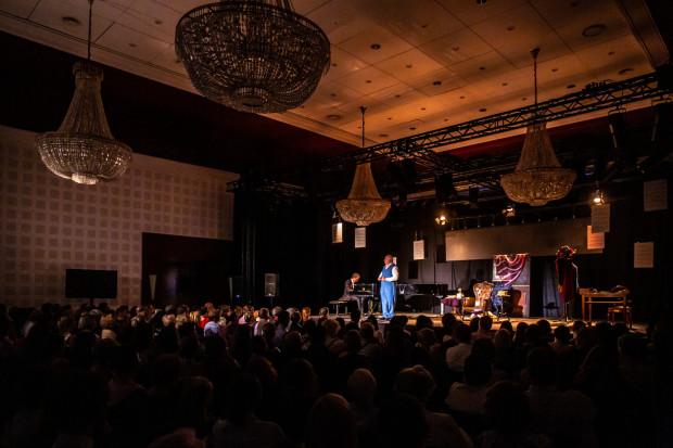 Spektakl po raz pierwszy wykonano poza granicami Francji, a szósty raz w ogóle. Bilety na przedstawienie grane w Sofitelu Grand Sopot rozeszły się bardzo szybko.