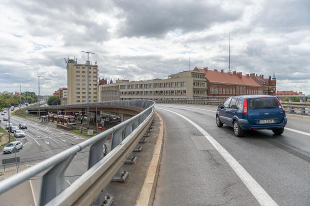 Estakada umożliwia szybki wyjazd z centrum Gdańska. Ale tylko na chwilę, bo ruch na Podwalu Przedmiejskim spowalnia pierwsze z czterech skrzyżowań przy ul. Chmielnej.