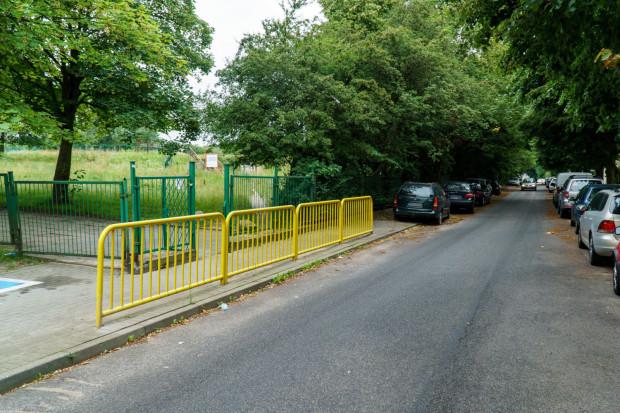 Mieszkańcy Witomina sugerują wycięcie drzew widocznych  po lewej stronie zdjęcia. Zamiast nich miałyby tu powstać miejsca parkingowe dla samochodów należących do mieszkańców ul. Nauczycielskiej.