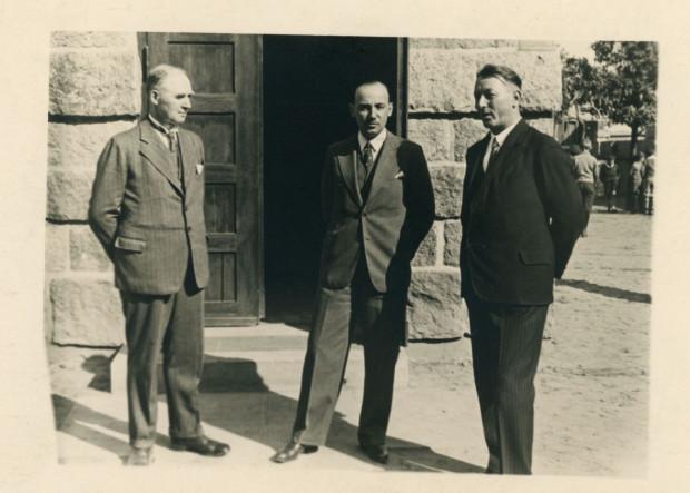 Jan Kamrowski (z lewej) przed budynkiem szkoły w Gdyni, m.in. z inspektorem szkolny Karolem Kopciem (z prawej), fot. nieznany, 1938 r. Ze zbiorów Muzeum Miasta Gdyni.