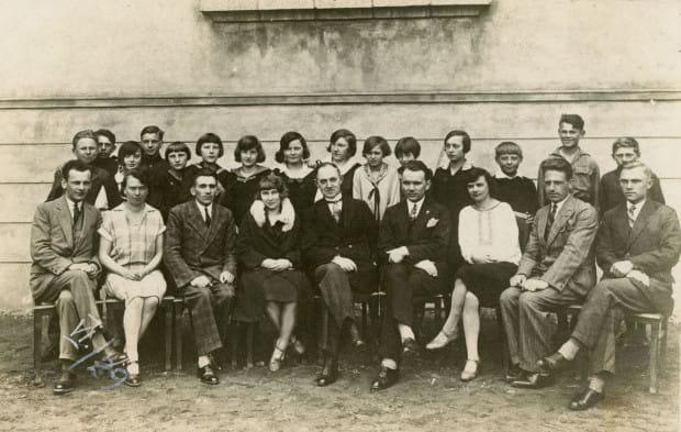 Jan Kamrowski (siedzi w środku) z nauczycielami i uczniami Szkoły Powszechnej nr 1 w Gdyni, fot. nieznany, ok. 1931 r. Ze zbiorów Muzeum Miasta Gdyni