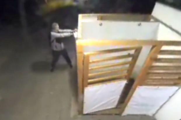 Włamania do toaletowych biletomatów uwieczniły kamery monitoringu.