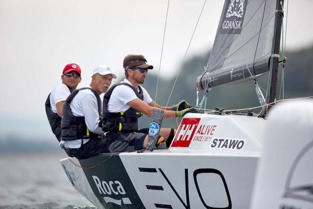 Piotr Tarnacki (pierwszy z lewej) z załogą 77 racing w żeglarskich mistrzostwach świata klasy Micro 2019.