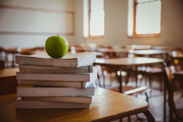 Kosztowny efekt wprowadzenia zmian w oświacie, który teraz odczuwają rodzice absolwentów 8 klas będzie dotykał ich niestety jeszcze przez najbliższe cztery lata.
