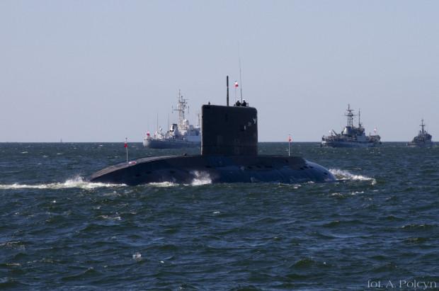 ORP Orzeł, największy i najnowocześniejszy okręt podwodny polskiej Marynarki Wojennej, w otoczeniu innych polskich okrętów na Bałtyku.