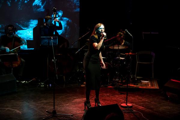 """Justyna Szafran wykonała m.in. """"Piosenkę o Bośni"""", """"Deszcze"""" czy """"Kołysankę"""", za każdym razem zbierając burze oklasków od premierowej publiczności."""
