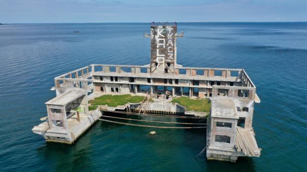 Torpedownia w Babich Dołach znajduje się ok. 300 m od brzegu.