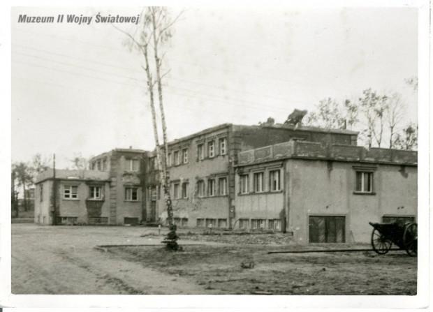 Budynek Nowych Koszar po zakończonych walkach na półwyspie. Ze zbiorów Muzeum II Wojny Światowej w Gdańsku