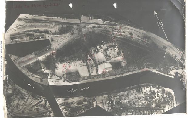 Fotomapa Westerplatte z 1939 r. Na odbitce czerwonym kolorem zaznaczono m.in. wartownie, Nowe Koszary, Elektrownię oraz strzelnicę. Ze zbiorów Niemieckiego Archiwum Federalnego (Bundesarchiv)