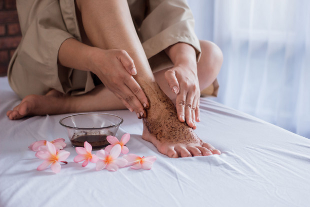 Spa dla stóp organizujemy przynajmniej raz w tygodniu. Podstawą każdego zabiegu pielęgnacyjnego jest złuszczanie.